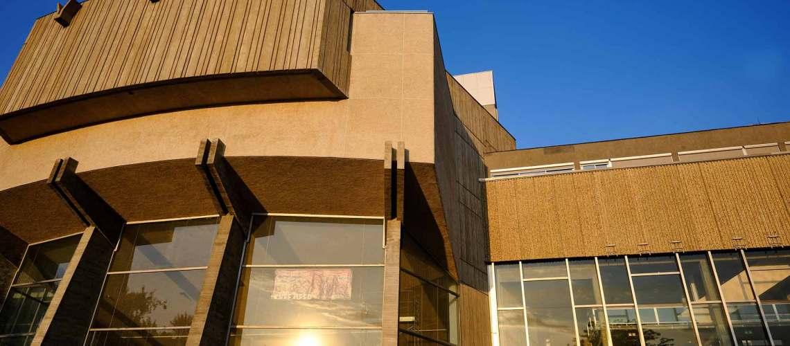 vue de la façade de l'espace des arts rénové en 2018 par le grand chalon