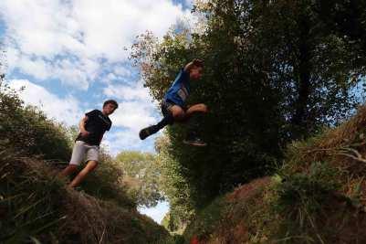 Enfants sautant un fossé sur le parcours de Lans fer 2019