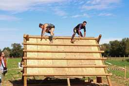 coureurs franchissant un obstacle en bois