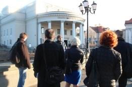 Goście konferencji bombardowani faktami przez mgra Makarego Górzyńskiego przed teatrem