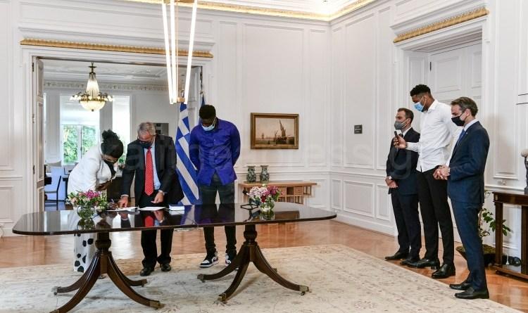 Η Βερόνικα Αντετοκούνμπο κι ο Άλεξ Αντετοκούνμπο πολιτογραφήθηκαν τιμητικά Έλληνες πολίτες.