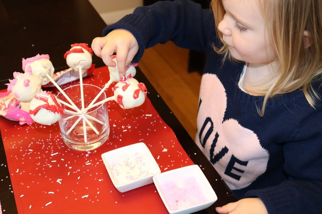 Baking with kids | cake pop tips | rainy day kid activities | valentines treats | family life