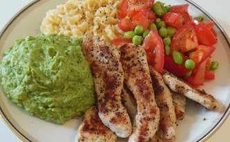 Kyllingefilet med broccolipure, nudler og grøntsager