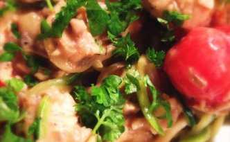 Kylling i cremede champignons med nudler & squash