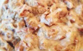 Køleskabsgrød med abrikoser og ristede mandler