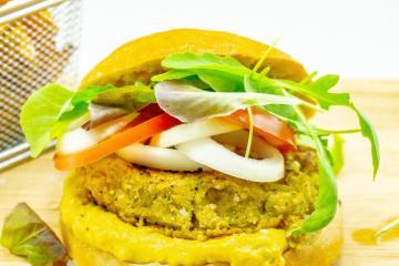 Gesunder kalorienarmer Burger mit Brötchen und Sauce