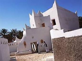 Ghadamès, connue sous le nom de « perle du désert », se trouve dans une oasis et est l'une des plus anciennes villes et une oasis du désert en Libye, à 650 km de Tripoli.