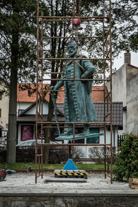 Instalacja pomnika Mikołaja Zebrzydowskiego na kalwaryjskim rynku - 13 listopada 2020 r.- fot. Andrzej Famielec - Kalwaria 24-09812