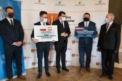 Wręczenie symbolicznych czeków z programów rządowych - 29 kwietnia 2021 r. - Dwór w Stryszowie - fot. Andrzej Famielec - Kalwaria 24-02789