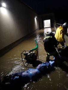 OSP walczy z wodą na ul. Krakowskiej - fot. Marcin Zadora