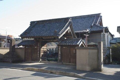 ここは観光するところではない、と鎌倉の寺社の中で唯一観光協会に加盟していない上行寺さん。仏の道を示す場所です。平成25年(2013年)〜平成26年初め頃、修復が行われてきれいになりました。個人的に何となくこの門の雰囲気に愛着があるので、写真は昔のままになっています。