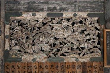 堂内にある天女の彫刻。
