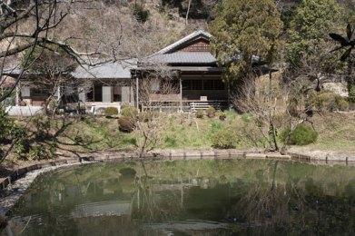 大覚池に佇む回春院。21世仏覚禅師の塔所。