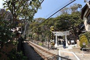 神社の前は江ノ電の線路があります。