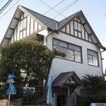 鎌倉裏駅から御成通りを少し進むと右側に特徴的な切妻屋根が見えてきます。