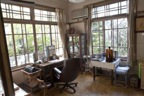 雰囲気抜群の格子窓が印象的な診察室。医療器具や机など当時のまま残されています。