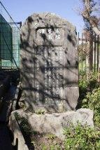 周囲には石碑が建てられています。