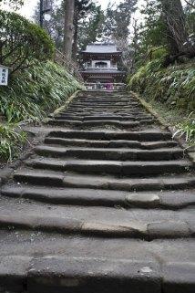 往時には500人もの人が行き交った鎌倉石の階段は長い年月を経てすり減っています。