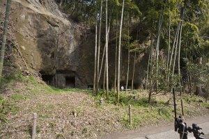 古くは住居として使用されたやぐら。鎌倉にはやぐらが多くあります。