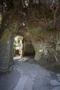 弘法大師の十六井戸へと至る道。鎌倉らしい切通しです。