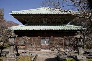 英勝寺。御本尊の阿弥陀三尊像が安置された仏殿。1636年の創建当時から残る建物です。天女や鳳凰の見事な天井画が見られます。