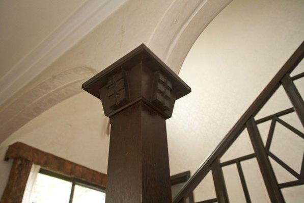 ロビー正面のアーチと支柱にも行き届いた細工が施されています。