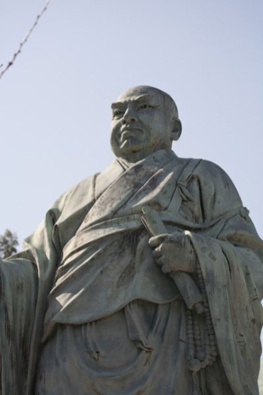 辻説法姿の日蓮像。
