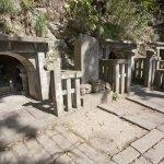 源頼朝の墓へと登る階段の手前にある細い道を右手に入って少し進むと左手に見えてきます。頼朝の墓から山沿いにもいけます。