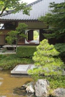 後庭園から本堂をみます。
