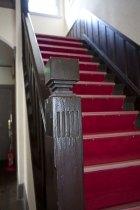 欄干の幾何学模様が大正期の洋館の特徴的な意匠。