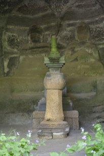 宝篋印塔の背後に彫られた釈迦如来、多宝如来。独特の迫力があり、訪れる度に圧倒されます。