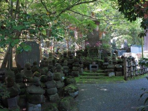 新田義貞による鎌倉攻め、由比ヶ浜合戦の戦死者を埋葬した塚。