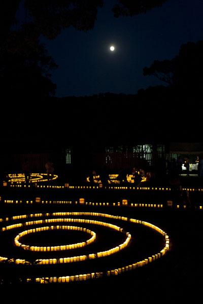 5月に開催される万灯みたままつり。吾妻鏡にも記され、鎌倉時代から続く鎮魂の行事です。