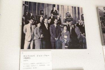 中央の長身の男性が黒澤明氏。右隣がかしこ氏。そしてなんとその隣はジョン・フォード! 1977年に公開されたジョン・フォード監督の『ギデオン』のロンドンにおける撮影現場にて。