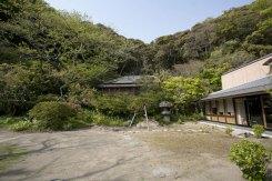 かつての川喜多邸を改装して造られました。庭の奥には別邸として使用され和辻哲郎邸ともなった日本家屋がそのまま残されています。