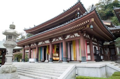 9メートルを超える巨大な木造十一面観音像が安置された本堂。