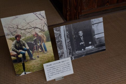 『東京画』笠智衆さん登場シーンと、撮影を行うヴェンダース監督らを写した写真パネル。どちらもいい写真です。