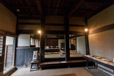 旧川喜多邸(別邸)内部。三和土の土間から、部屋をみます。