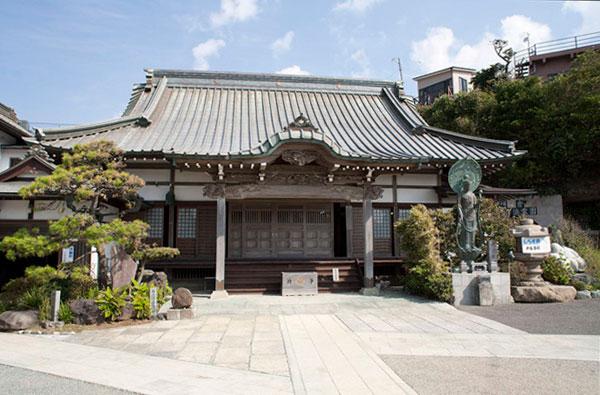 海からの爽やかな潮風が吹き抜ける満福寺境内。