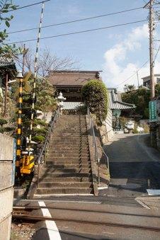 お寺へと登る階段は江ノ電の線路に面しています。
