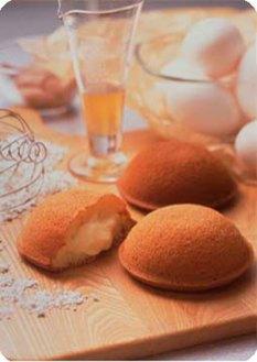 かまくらカスター(1個105円)。ふわふわとろとろの生菓子です。他にレーズンクッキーも大好きな一品。たくさんの洋菓子があります。散策のお供にぜひ。(同店公式HPより)。