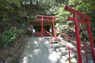 稲荷明神社(左)と猿田彦神社(右)。