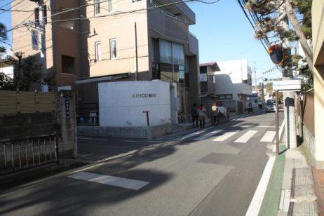 今大路をしばらくいくと、銭洗弁財天、源氏山公園方面はこちら、という案内板がありますが、このルートでは捨て置いてまっすぐいきます。