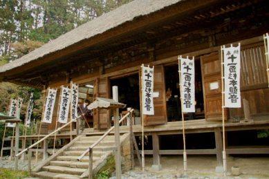 杉本寺。本堂には圧巻の仏像群が安置されています。ぜひ訪れてください。