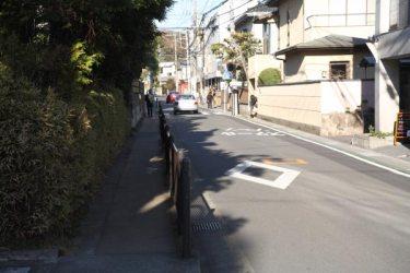 市役所前交差点を右に曲がり、この道(今大路)を進みます。