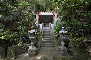 行基菩薩が岩に十一面観音を彫られたという奥の院。1300年の時を感じる日本有数の霊場です。