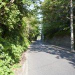 現在は舗装された広い道路となっていますが、かつては峻険な隘路であったとされています。