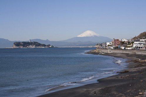 あじさいの季節は海も荒れやすくなかなかすっきりした空模様にはなりません。あじさいはそういった季節の花ですが、運がよければ稲村ケ崎海浜公園からは富士山や江之島の望むことができます。