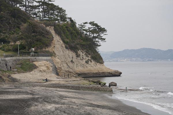 稲村ケ崎の突端。新田義貞はここを越えて鎌倉市中に攻め入り、鎌倉幕府を滅亡させました