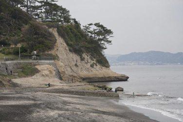 稲村ケ崎の突端。ここを新田義貞は越えていき鎌倉幕府を滅亡させました。